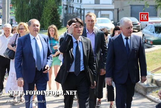 Сьогодні в області побував другий секретар посольства Японії в Україні, пан Ясухіро Ікута. У Кропивницькому він оглянув алею сакур, облаштовану біля скверу борців за волю України.