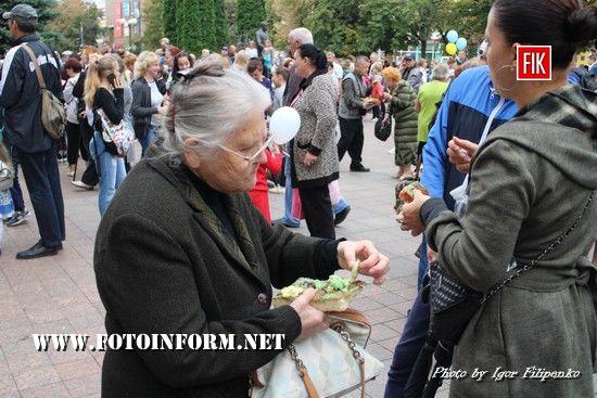 Сьогодні, на День міста біля міськради містян частували святковим пирогом .