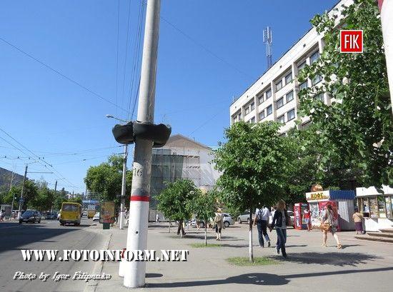 На центральній зупинці Кропивницького на стовпах біля готелю «Київ» декілька років назад були розміщені вазони для квітів.
