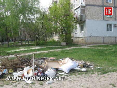 Самовільний смітник наближається до людських вікон в с.Новому по вулиці Металургів, 6 і 7 (ФОТО)