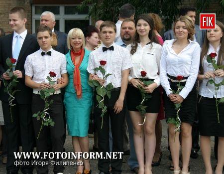 Кировоград: вот и прозвенел последний звонок (фоторепортаж)
