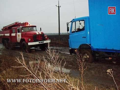 Кіровоградщина: протягом вихідних рятувальники надали допомогу водіям та прибрали аварійні дерева (фото)