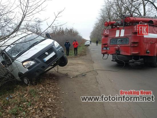 На Кіровоградщині, з кювету, витягували вантажівку, ФОТО