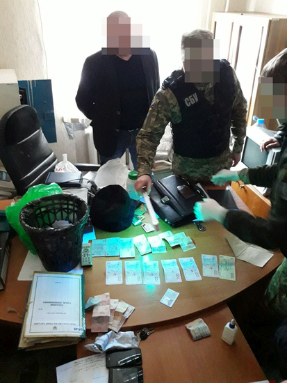 У Кропивницькому СБУ викрила на хабарі керівника пенітенціарного закладу (ФОТО)
