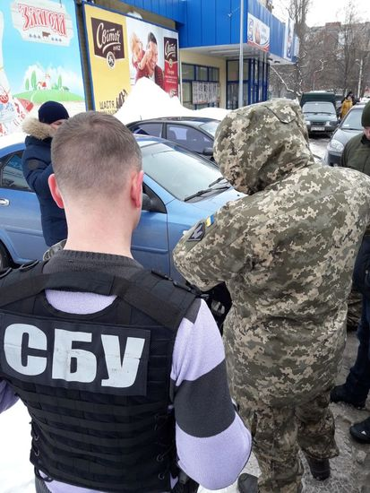 Співробітники Служби безпеки України спільно з військовою прокуратурою та за сприяння командування однієї з військових частин, що дислокується на території Кіровоградської області викрили контрактника на розкраданні засобів зв'язку бойових підрозділів.