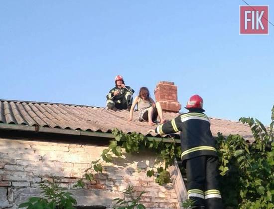 На Кіровоградщині жінка не могла спуститись з даху власного будинку (ФОТО)