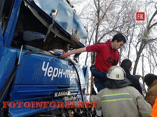 На Кіровоградщині вивільнили з авто водія, який постраждав внаслідок ДТП