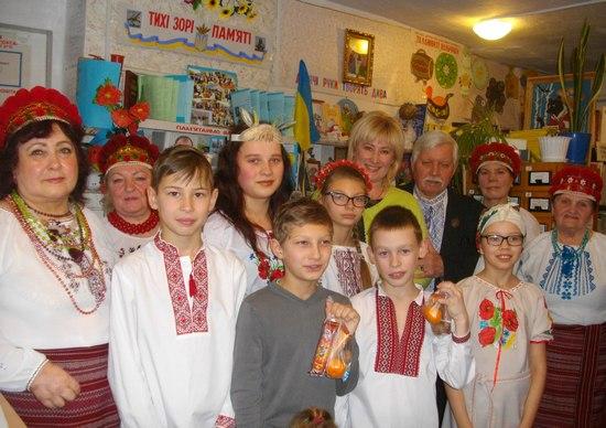 Згідно з давньою українською народною традицією Свята Вечеря у переддень Різдва збирає за столом усю велику родину.