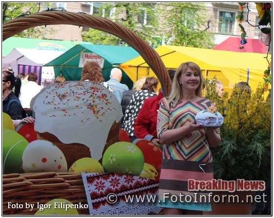 Сьогодні у центрі міста Кропивницький мешканці роблять селфі біля великого Великоднього кошика, повідомляє FOTOINFORM.NET