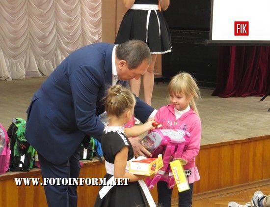 У Кропивницькому дітям подарували шкільні рюкзаки