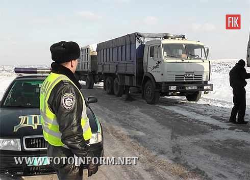 Кіровоградщина міліція допомагала водіям вибратися зі снігового полону (фото)