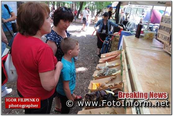 фото филипенко, #кропфудфест, #кропфестфуд, Кропивничани, чергу за смаколиками,фестиваль вуличної їжі, фото филипенко