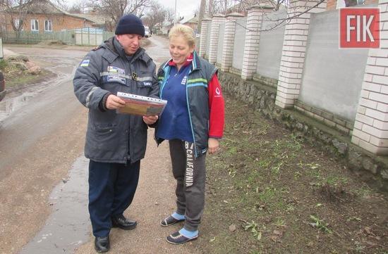 3 січня працівники районних підрозділів Управління ДСНС в області провели роз'яснювальну роботу серед мешканців міст Світловодськ і Новоукраїнка щодо пожежної безпеки у побуті.