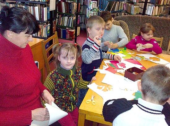 10 грудня у бібліотеці сімейного читання №18 пройшов майстер-клас для батьків і дітей «Новорічні прикраси для вашого дому».