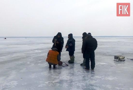 21 лютого о 13:00 до Служби порятунку «101» надійшло повідомлення про те, що на р. Дніпро в с. Куцеволівка Онуфріївського району на відстані близько 1,5 км від берега під кригу потрапило 2 рибалок.