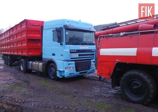На Кіровоградщині рятувальники допомогли вантажівці виїхати на безпечну ділянку дороги (ФОТО)