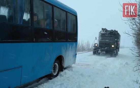 21 квітня пожежно-рятувальні підрозділи Кіровоградської області допомогли водіям 4 легкових автомобілів та пасажирського автобуса вибратись із ускладнених ділянок доріг.