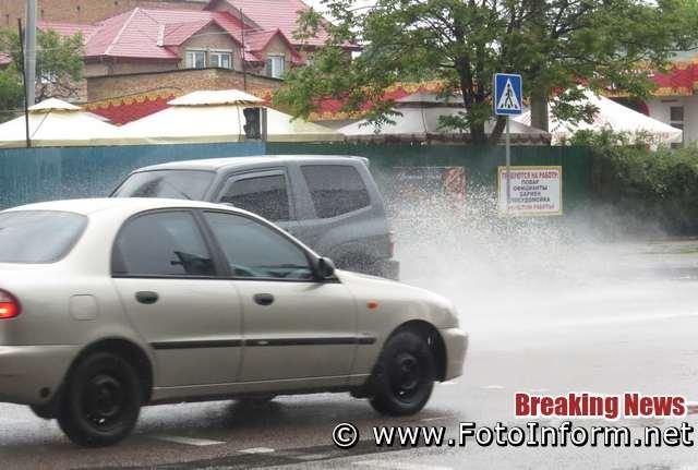 У Кропивницькому містян з брудних калюж оббризкували автівки (ФОТО)
