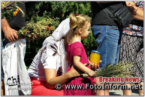 Кропивницький: у храмах містяни святять мед фото филипенко