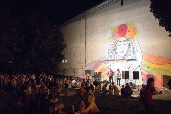 Як у Кропивницькому презентували міні-мурал на стіні «Зоряного» і вуличне піаніно