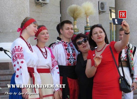 За ініціативи відділу культури і туризму міської ради у Кропивницькому оголошується конкурс «Фото у вишиванці – 2017»