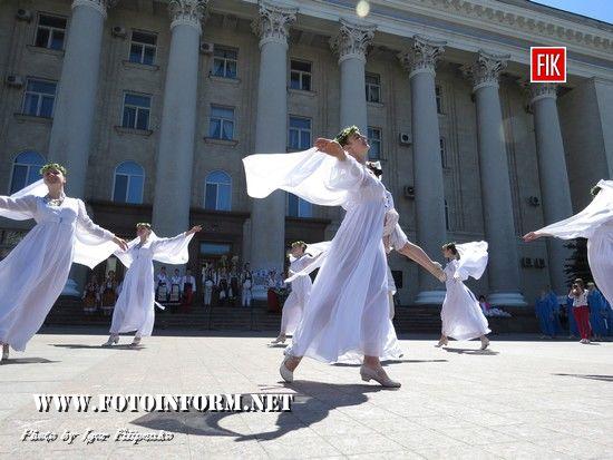 Піснею і таночком учасників свята першими привітали дитячі творчі колективи: