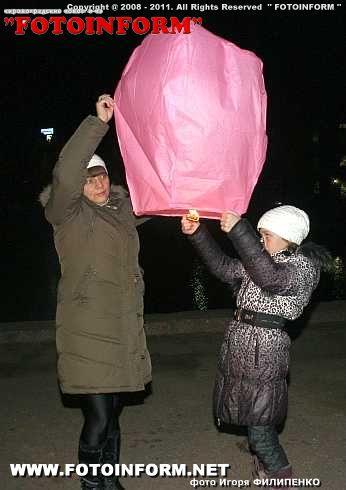 В ночное небо Кировограда взлетела сотня фонарей. (ФОТОРЕПОРТАЖ)