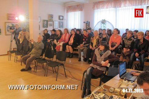 31 жовтня 2013 року в рамках роботи «Театральної вітальні» в Кіровоградському обласному художньому музеї відбулася прем'єра вистави «Сто тисяч» за трагікомедією Івана Карпенко-Карого.