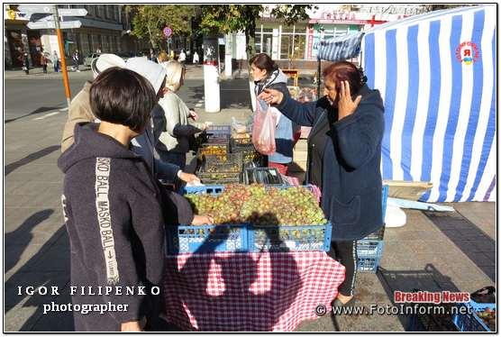 Кропивничани сьогодні стоять у чергах за рибою та ковбасою (ФОТО)