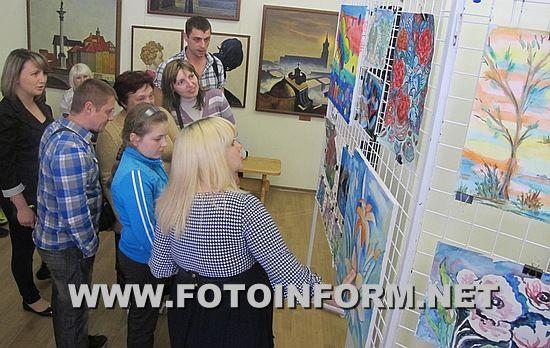 2 червня 2016 року в Кіровоградському обласному художньому музеї відбулося відкриття виставки «Колискова для геніїв» за підсумками проведення занять з арт-терапії проекту «Разом у світ прекрасного» для жінок при надії (за підтримки Британської Ради в рамках Проекту Соціальної Дії «Активні Громадяни»).