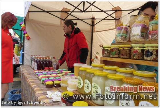 Сьогодні на передодні жіночого свята 8 березня багато мешканців міста Кропивницький прийшли робити покупки на ярмарку біля міськради, повідомляє FOTOINFORM.NET.