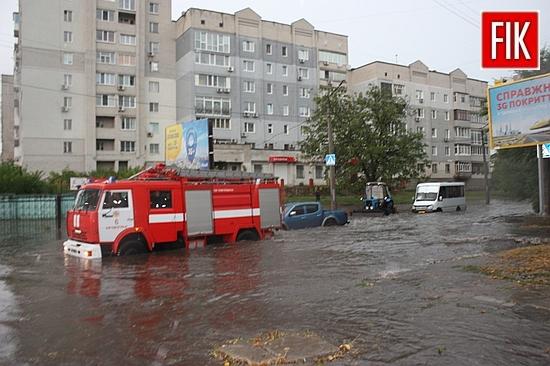 3 серпня у м.Кропивницькому спостерігалося погіршення погодних умов у вигляді сильного дощу. Рятувальники надавали допомогу водіям, яких злива застала у дорозі, власникам приватних домоволодінь та комунальним службам.