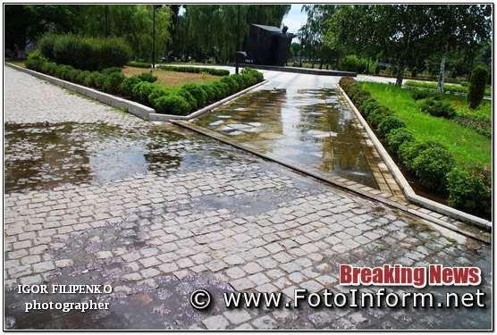 У Кропивницькому в центрі міста чере порив тече вода