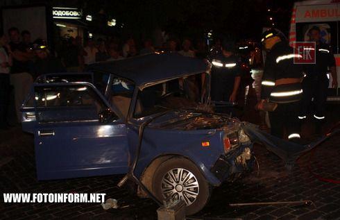 До Служби порятунку «101» надійшло повідомлення про те, що на розі вулиць Великої Перспективної та Гагаріна м. Кіровограда сталося зіткнення легкового автомобіля «ВАЗ-2107» з маршрутним мікроавтобусом «Дельфін», внаслідок якого постраждав 22-річний водій легкового автомобіля – чоловіка затиснуло пошкодженими внаслідок ДТП металевими конструкціями.