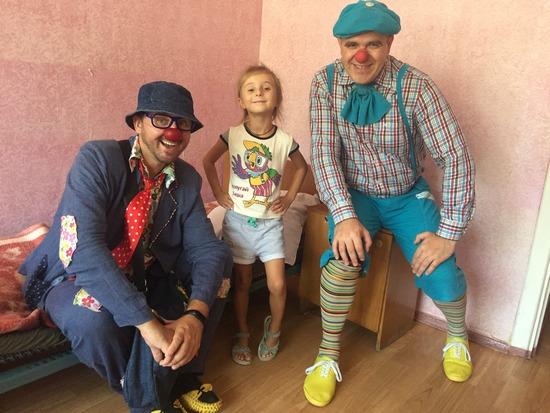 Лікарняні клоуни вже другий день працюють із пацієнтами дитячих лікарень міста в рамках Національного мистецького фестивалю Кропивницький, що організовує Міністерство культури України за ініціативи народного депутата Олександра Горбунова.
