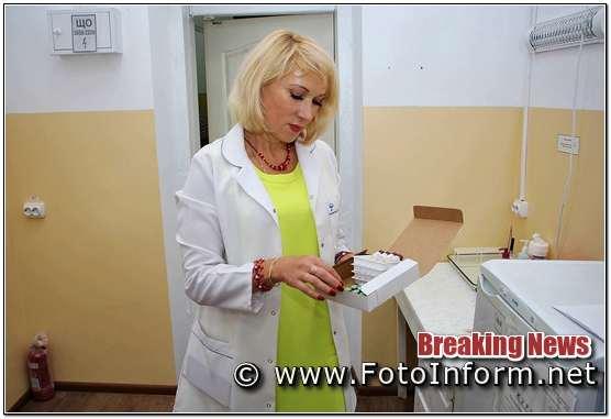 """«Якщо ви не пам'ятаєте, чи робили ви щеплення, чи захищені ви від кору, попередньо можна зробити лабораторне дослідження на наявність антитіл IgGдо вірусу кору в крові. Такі послуги надає вірусологічна лабораторія обласного лабораторний центр МОЗ України. При потребі вакцинації пройти можна у будь - якому комунальному закладі, де підписана декларація з лікарем», - говорить Надія Оперчук, програмний координатор КНП """"Регіональний центр громадського здоров'я Кіровоградської облради», - «важливо не стояти осторонь і не робити вигляд, що Вас це не стосується. Кір підступна хвороба, що немає специфічного лікування. Проте захворюванню можна запобігти. Перший крок – це небайдужість»."""