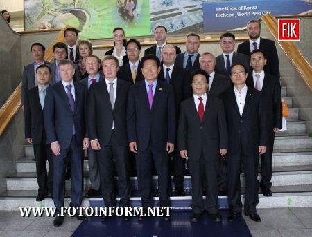 Голова Кіровоградської облдержадміністрації підписав меморандум про співпрацю з мером Інчхона Сонг Йонг Гілемом (фото)
