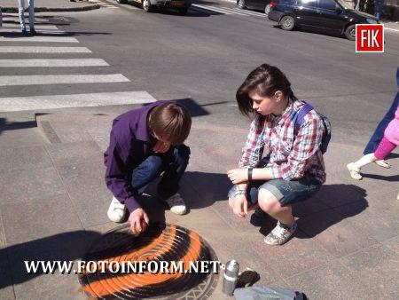 Кіровоград: люки були розфарбовані у кольори орденських стрічок (фото)