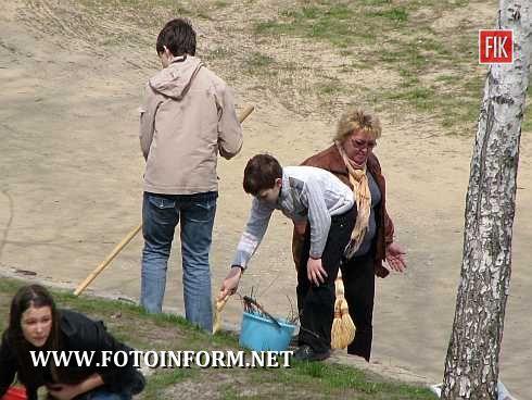 Кировоград: школьники наводят порядок (фото)