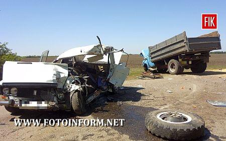 9 травня опівдні на шостому кілометрі автодороги Голованівськ - Грузьке сталося ДТП двох автомобілів – вантажівки САЗ-53, яка належить місцевому фермерському господарству, та ВАЗ-21063, у якому на момент аварії перебувало четверо дорослих та двоє дітей.