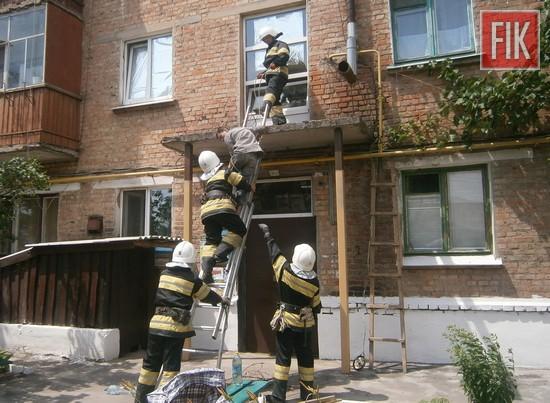 На Кіровоградщині рятувальники допомогли спуститись з піддашку під'їзду двом чоловікам (ФОТО)