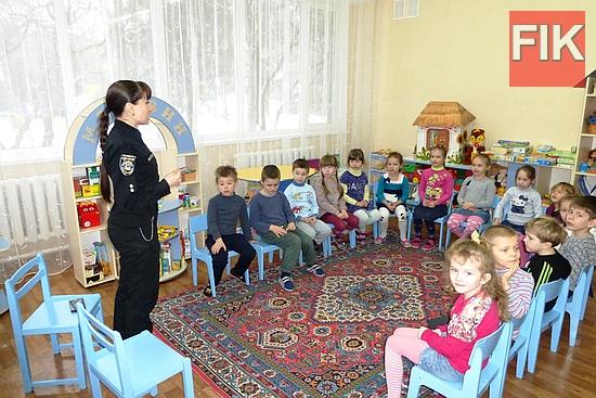 Рятувальники спільно з фахівцями Національної поліції Кіровоградської області продовжують проводити активну роз'яснювальну роботу з дітьми різного віку щодо правил поведінки під час зимових свят та канікул.