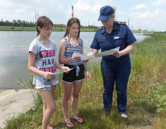 Біля водойм у селі Маловодяне рятувальники спілкувались з відпочивальниками