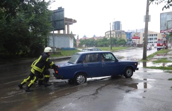 25 липня внаслідок сильного дощу рятувальники надали допомогу 11 водіям.