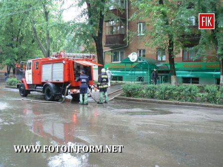 Кіровоград: Сильний дощ з грозою призвів до підтоплень (ФОТО)