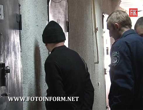 Зловмисниками виявилися троє жителів міста Знам'янки віком від 20 до 27 років. Просто посеред білого дня чоловіки вчинили розбійні напади на літніх людей, за що їм загрожує покарання до 12 років ув'язнення.