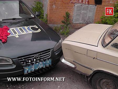 Майже детективна історія починалася досить банально: у подвір'ї однієї із кіровоградських багатоповерхівок стояла непримітна ВАЗівка 2103.