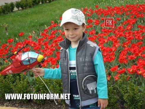 Сегодня, 25 апреля, тысячи взрослых, юных и совсем маленьких кировоградцев пришли отдохнуть в Кировоградский Дендропарк.