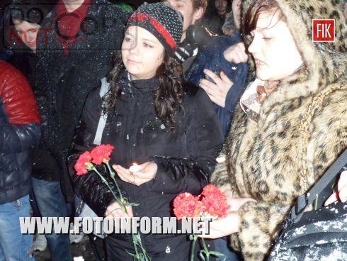 Сотни кировоградцев почтили память известного музыканта, писателя, телеведущего, лидера группы «Скрябин» Андрея Кузьменко, который вчера, 2 февраля, трагически погиб вследствие автокатастрофы.