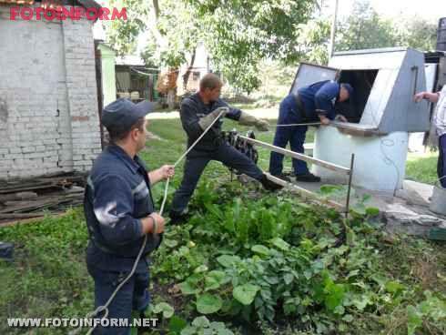 На Кіровоградщині бійці МНС врятували 75-річну жінку, яка впала до криниці (фото)